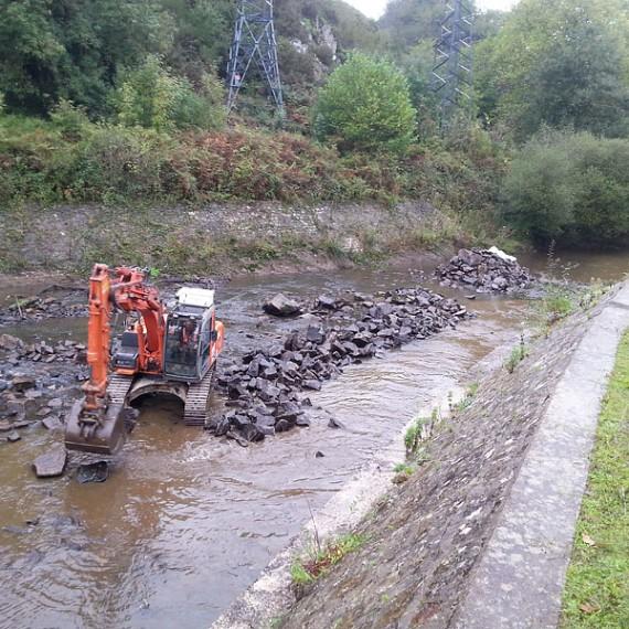 ECO SYSTEMES DE DRAGAGE - déplacement des blocs rocheux à l'aval des évacuateurs de crues du barrage de Rophemel - 2014