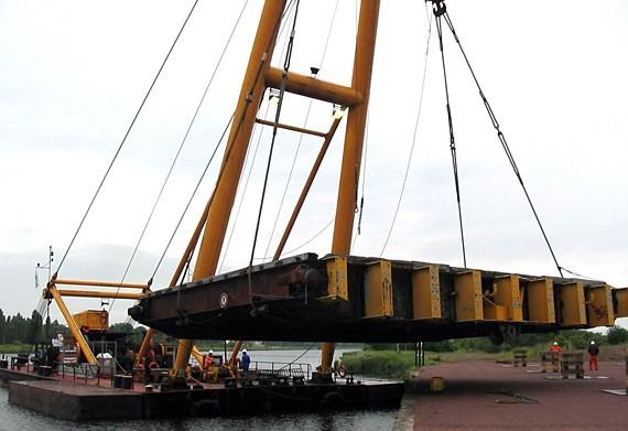 Transfert vantaux de réserve de l'avant port par bigue flottante - 2007