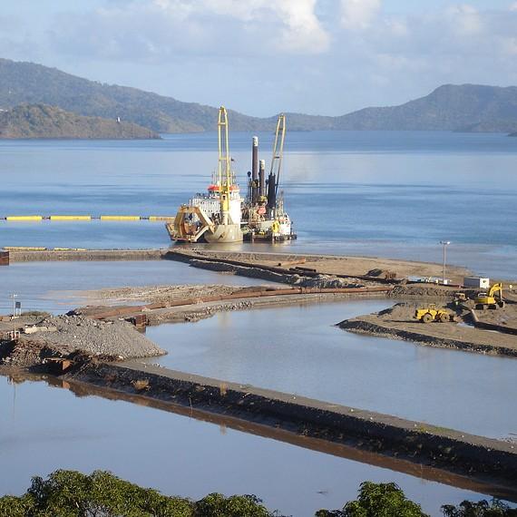 ATLANTIQUE DRAGAGE - Construction d'un nouveau quai avec dragage du bassin et refoulement à terre - Mayotte 2006